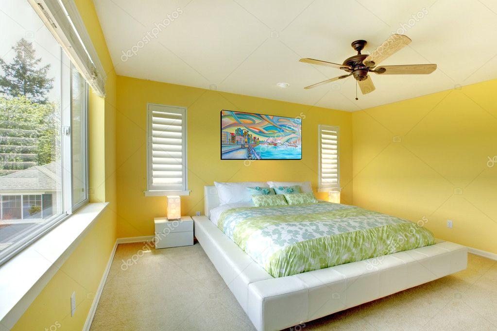Jaune moderne chambre à coucher avec lit blanc. — Photographie ...