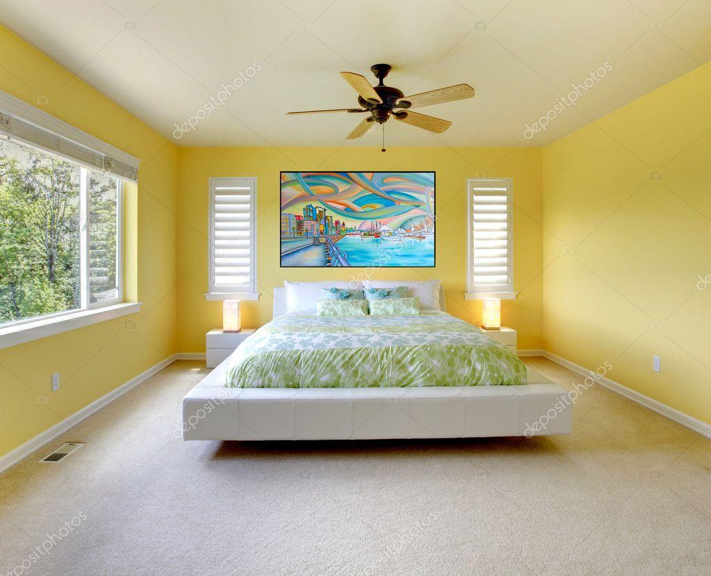 jaune moderne chambre à coucher avec lit blanc — Photographie ...