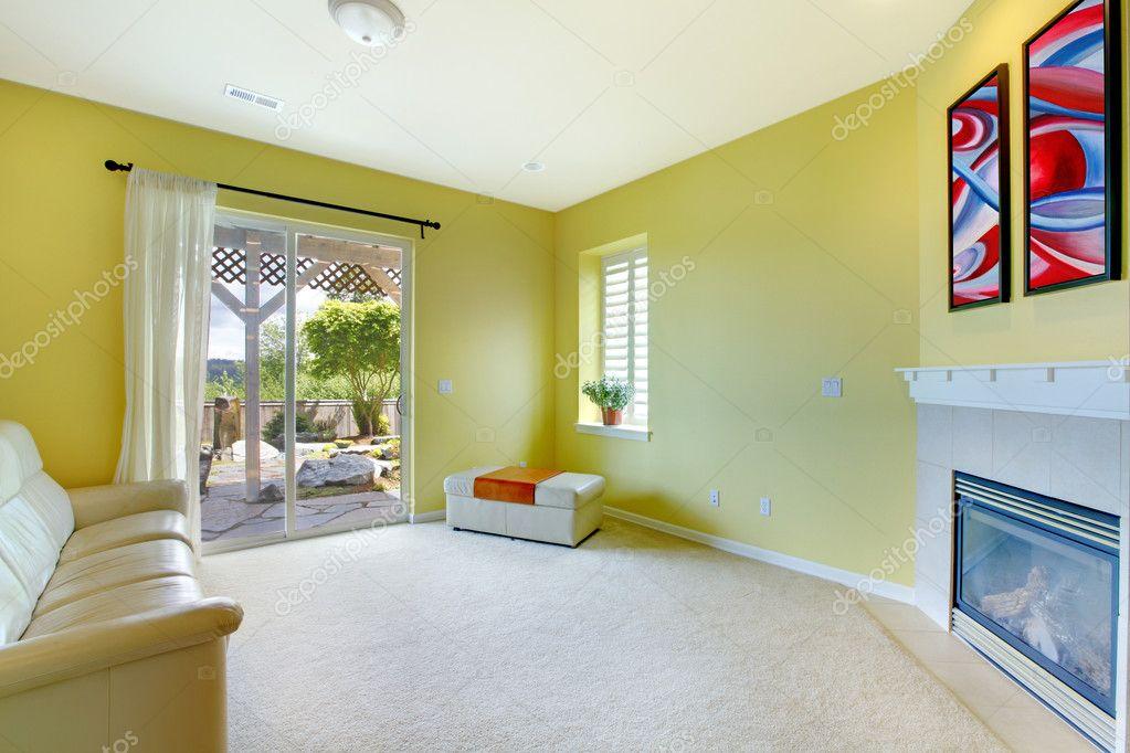 gele woonkamer met open haard en kunst — Stockfoto © iriana88w #11406280