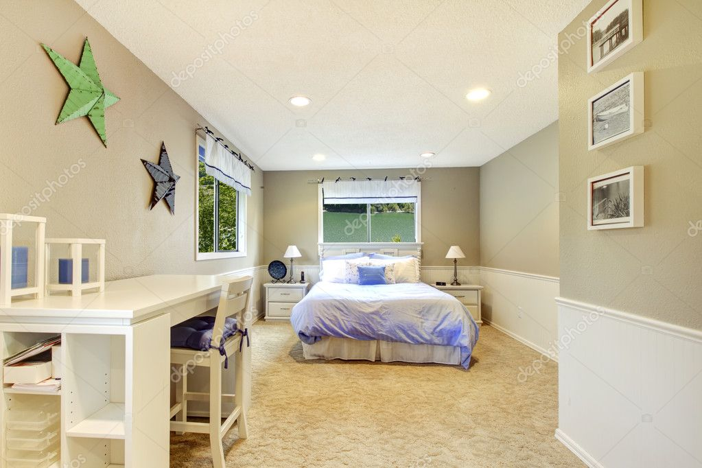 Interior blanco y beige dormitorio con cama azul foto de - Dormitorio beige ...