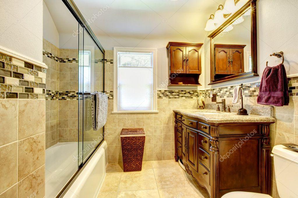 bel bagno con piastrelle in pietra naturale e legno mobile — Foto ...