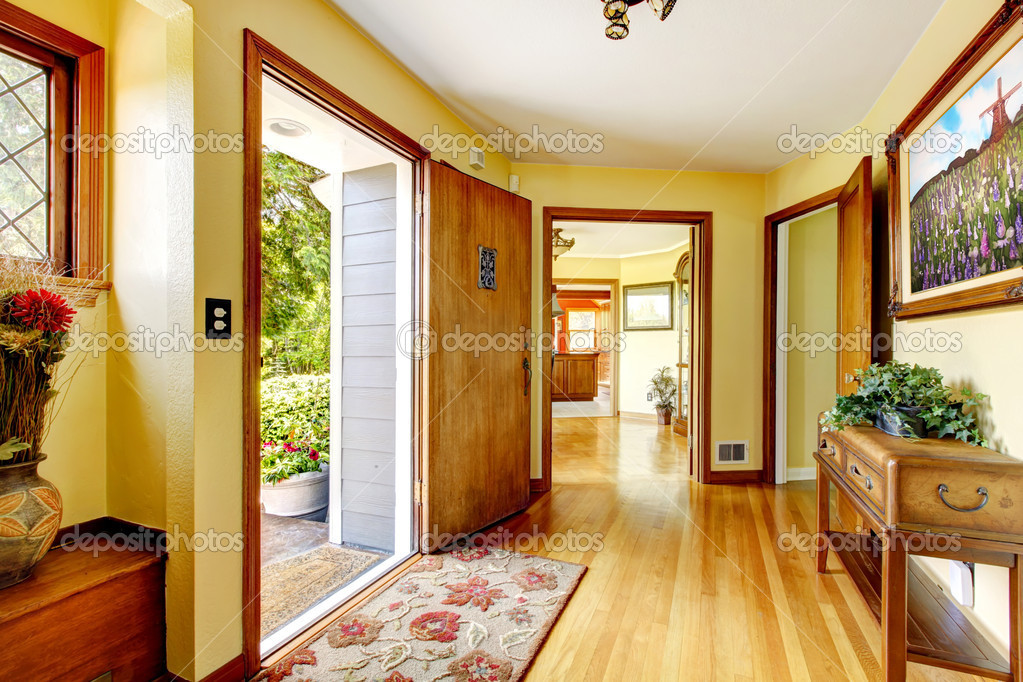 Grote oude luxe huis ingang met kunst en gele muren u stockfoto