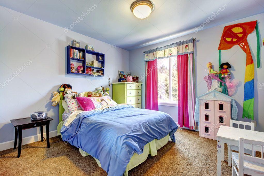 blauwe kamer van de babymeisje met speelgoed en groot bed foto van iriana88w