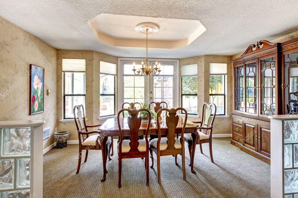 Elegante comedor con muebles antiguos. — Fotos de Stock ...