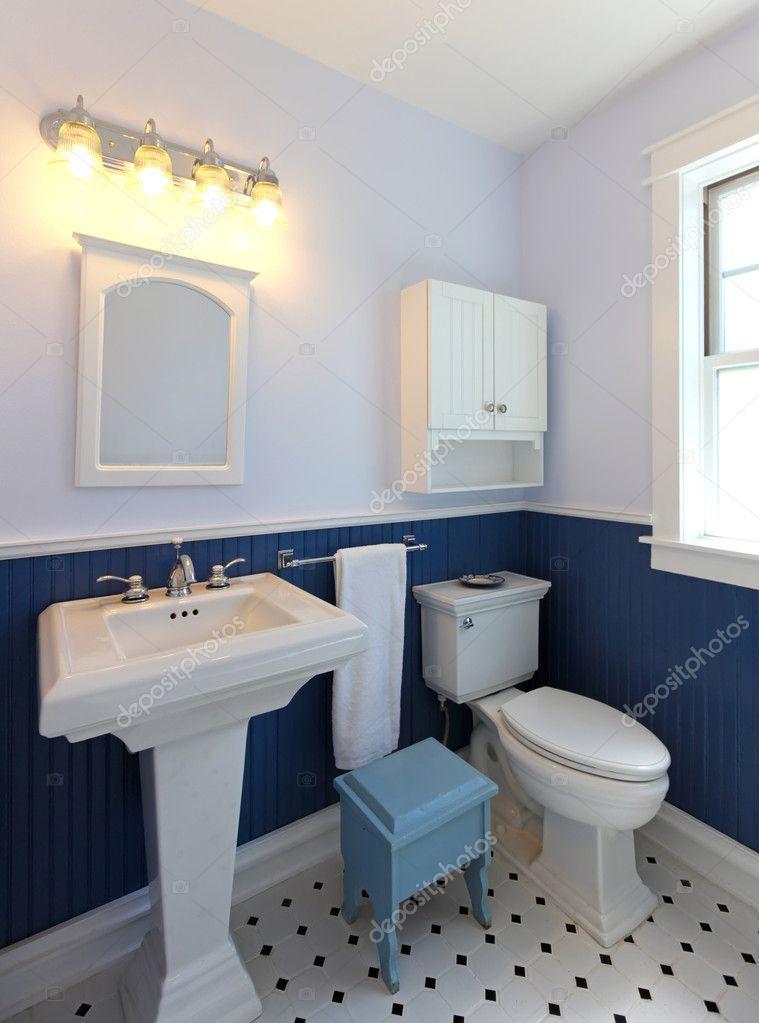 salle de bains avec lavabo et toilette avec des murs bleus photographie iriana88w 12075377. Black Bedroom Furniture Sets. Home Design Ideas