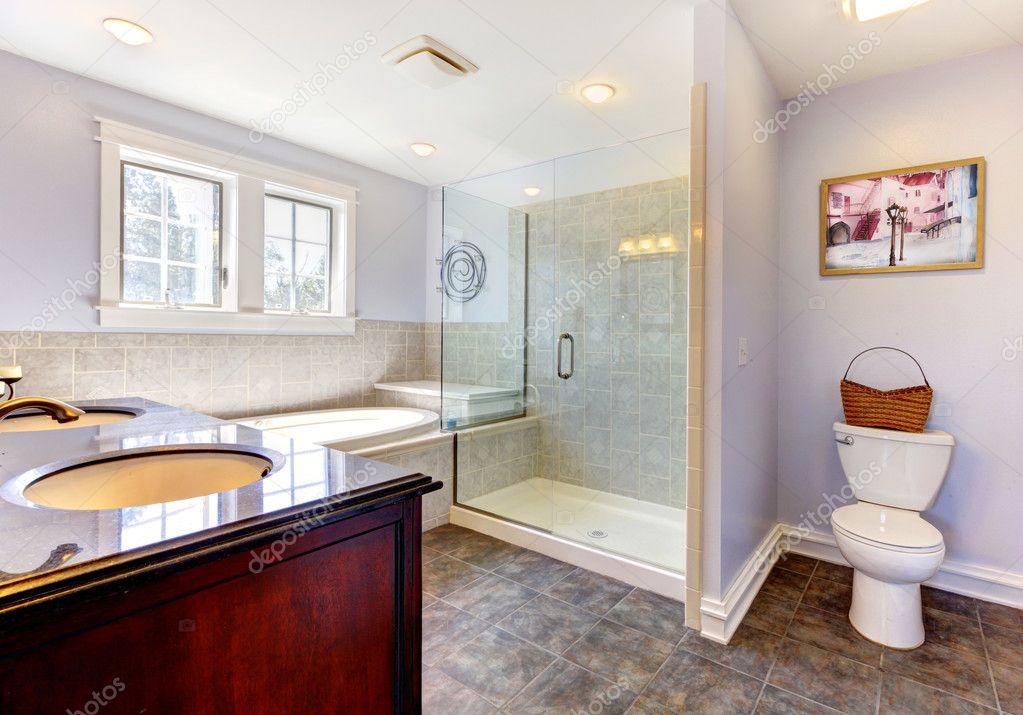 Grote Wastafel Badkamer : Lichte lavendar badkamer met grote douche en wastafel u stockfoto