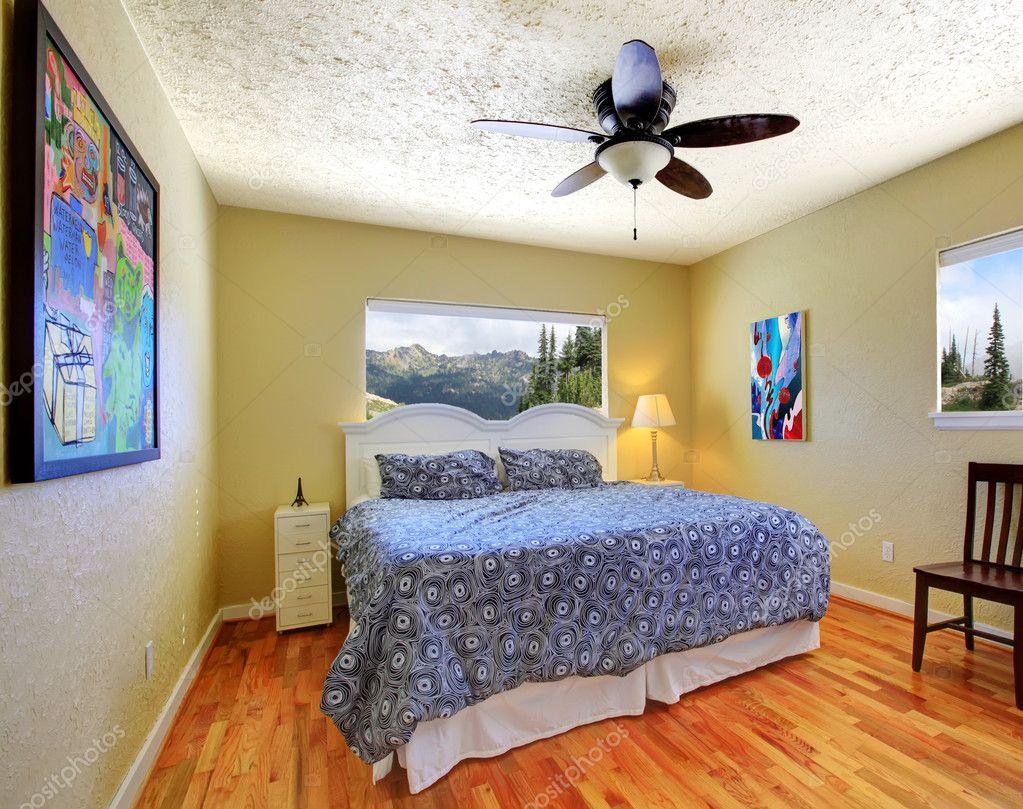 Gele Muur Slaapkamer : Kleine slaapkamer met gele muren uitzicht op de bergen en grijze