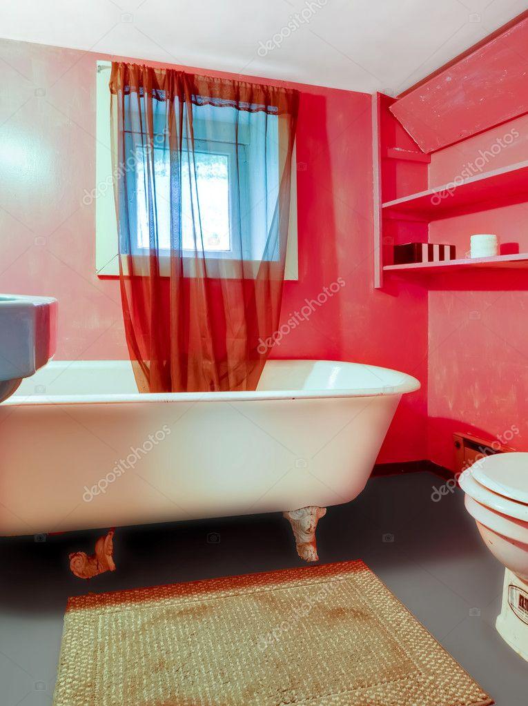 rouge rose salle de bains avec baignoire blanche et Rideau ...