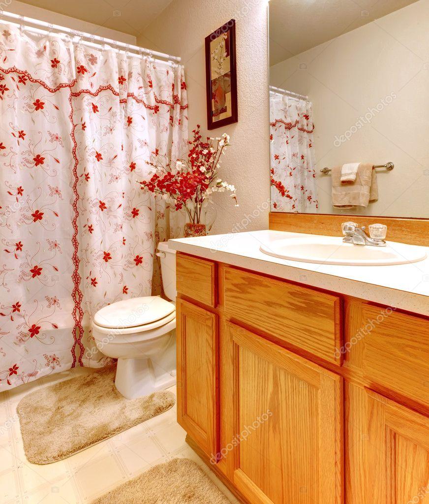 simple salle de bain avec rideau de douche fleuri et. Black Bedroom Furniture Sets. Home Design Ideas