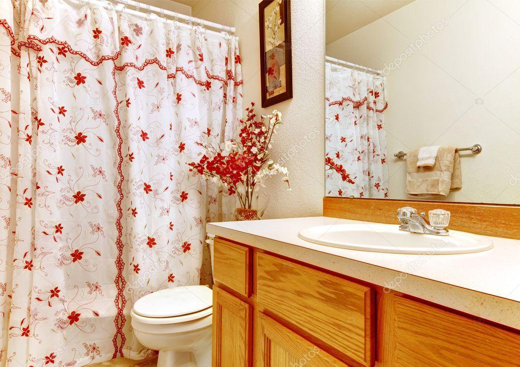 Douche In Slaapkamer : Eenvoudige slaapkamer met bloemrijke gordijn douche en houten