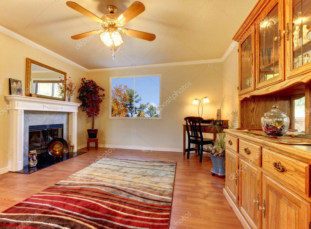 Wohnzimmer mit Kamin und Beige Wände mit Schaltschrank Stall ...