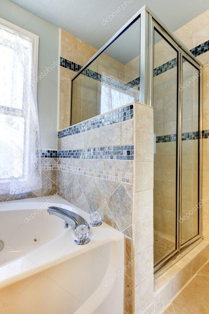 douche avec carreaux beige et bleu et blanc baignoire — Photographie ...