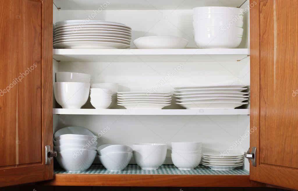 neue weiße Teller und Schalen im Küchenschrank — Stockfoto © tab62 ...
