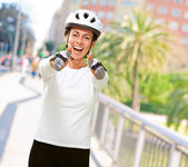 Fotografie žena nosí helmu ukazující oba palce nahoru