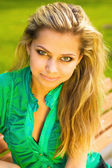 Detailní portrét krásné mladé dívky, relaxační v parku
