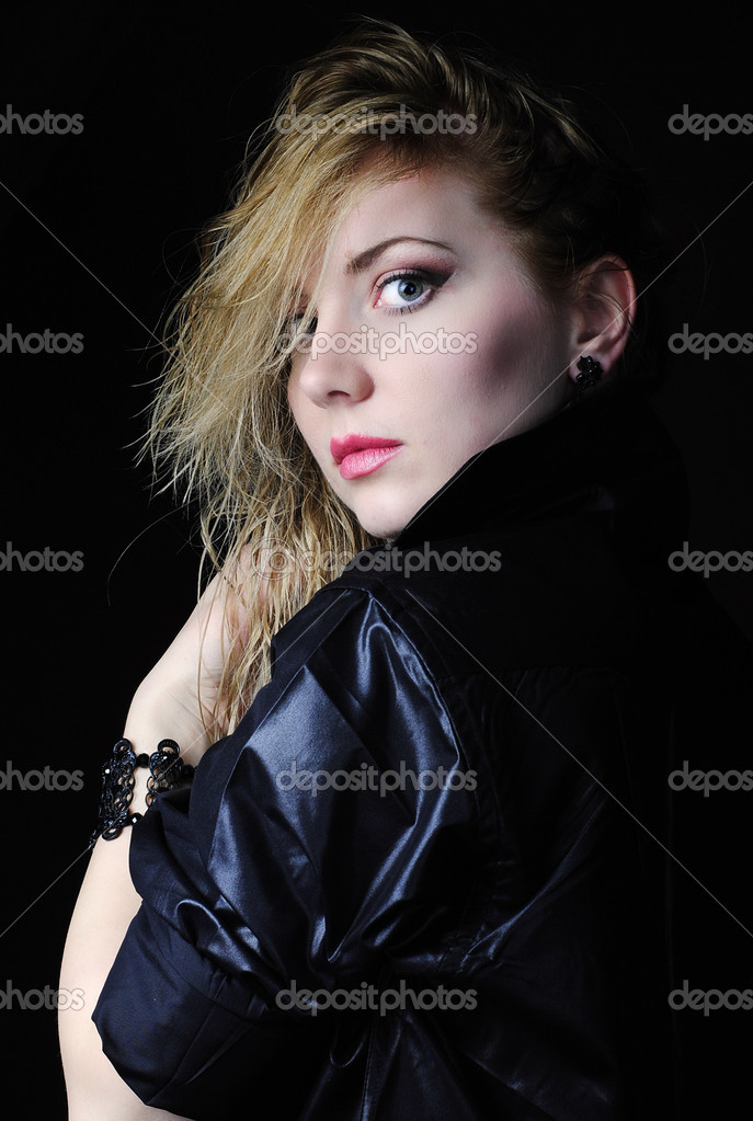 Какие женщины девушки блондинки в полумраке эротика групповуха домашняя
