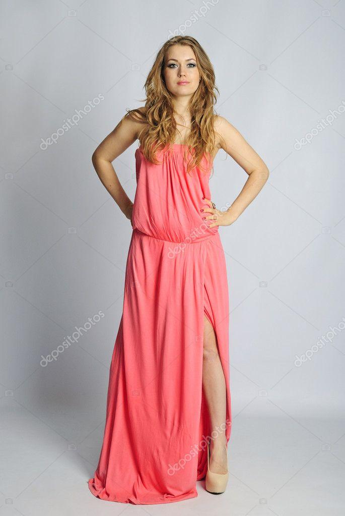 4d86cc82bf Bella ragazza in vestiti di rosa lungo anno contadino donna — Foto ...