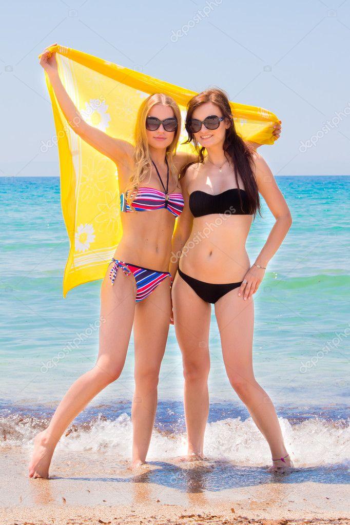 Ben noto due ragazze al mare — Foto Stock © korvin79 #11139556 LG66