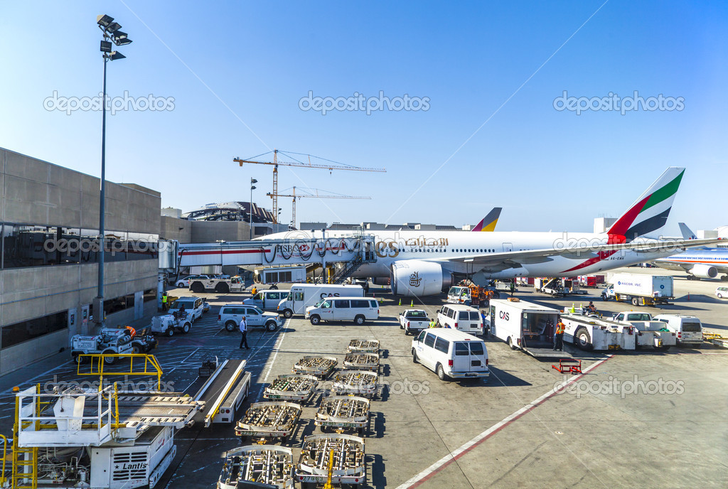 Emirates Airlines Jet Boeing Parking On Gate Position Stock - Biggest airport in usa