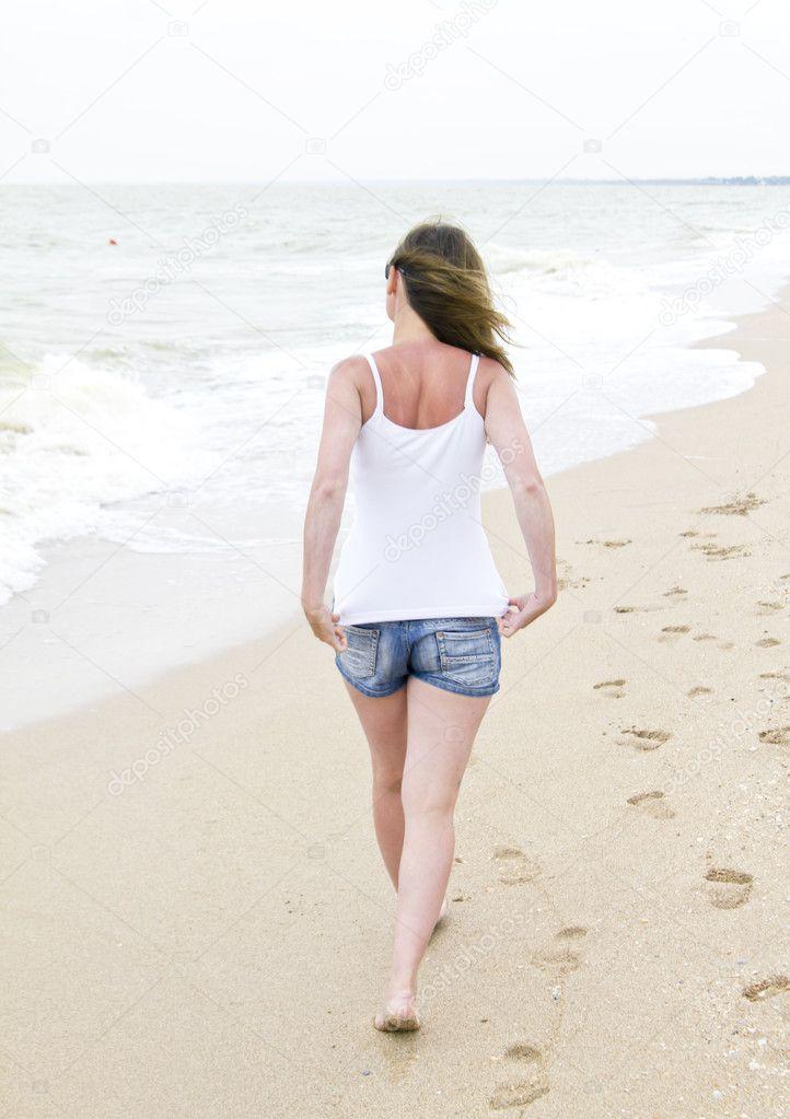 Mujer En Pantalones Cortos De Mezclilla Caminando En La Playa Foto De Stock C Kaparulin 11568815