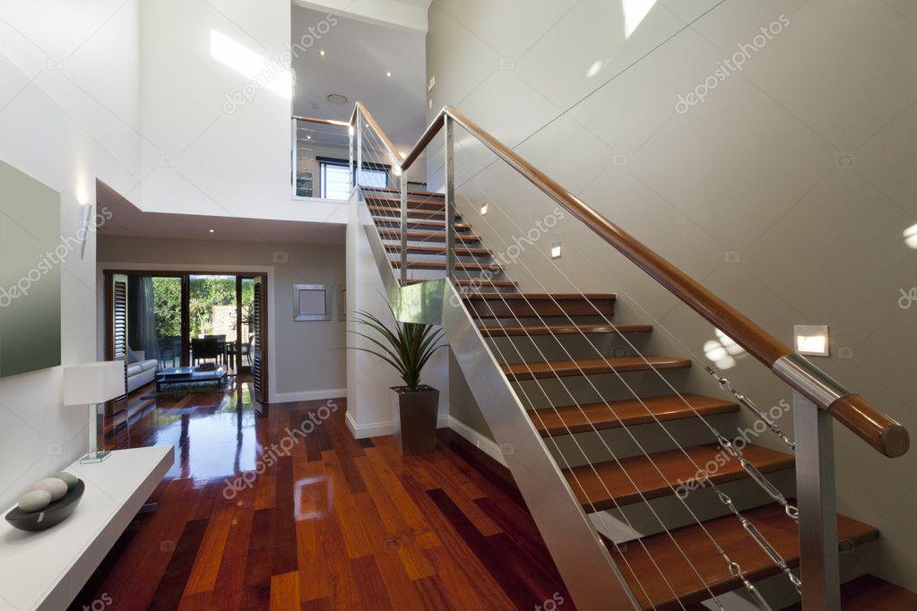 interior de casa moderna con escalera u fotos de stock