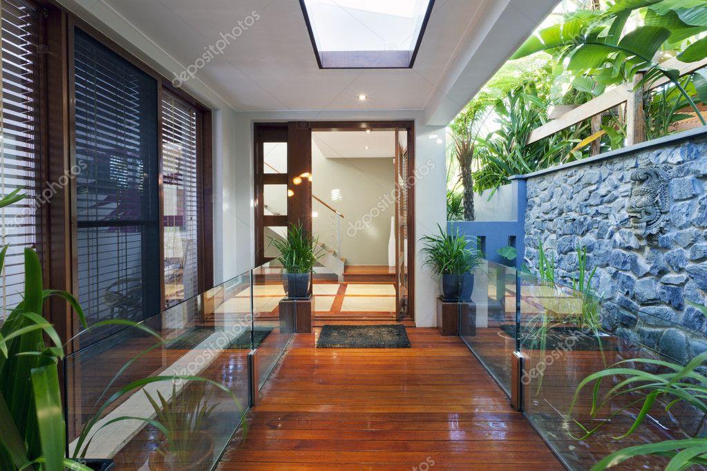 entrada casa moderna u foto de stock