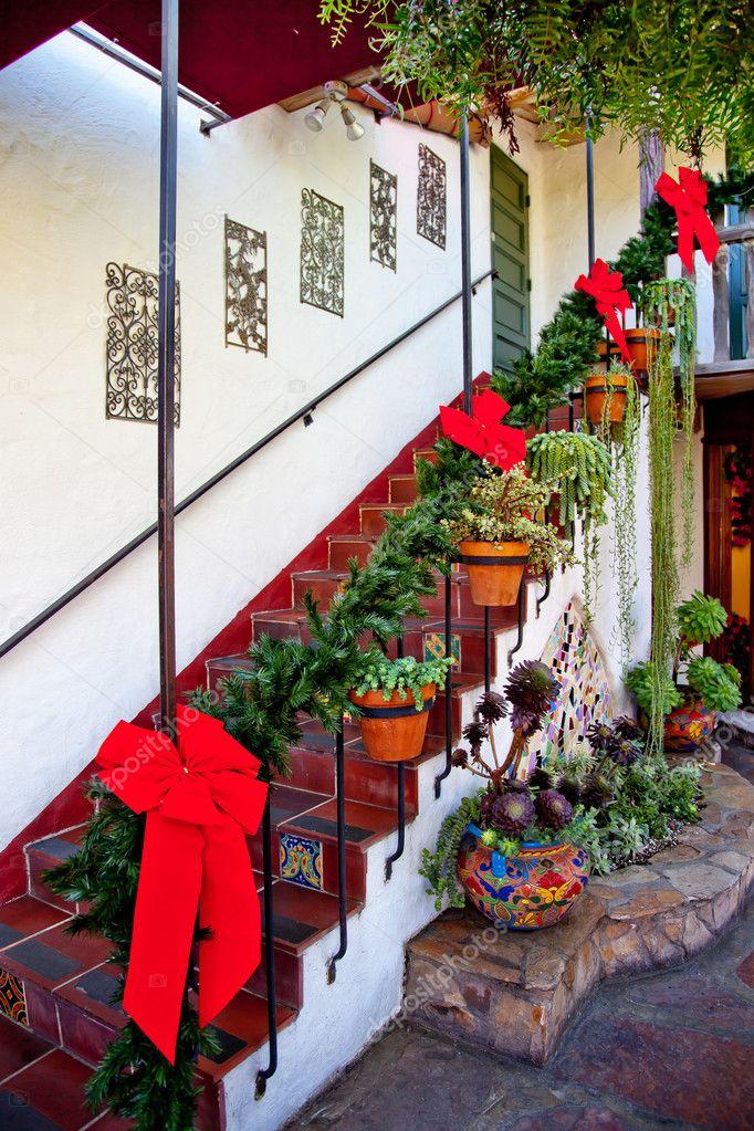 Lépcsők és a lépcső karácsonyi díszek piros szalagok koszorúk ...