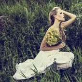 Fotografie portrét romantické ženy v lese