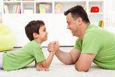 Fotografie Vater und Sohn Armdrücken
