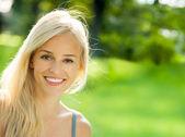 Fotografia giovane bella donna sorridente, allaperto