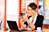 Fotografie geschäftsfrau hat eine Bremse und im Chat über Handy