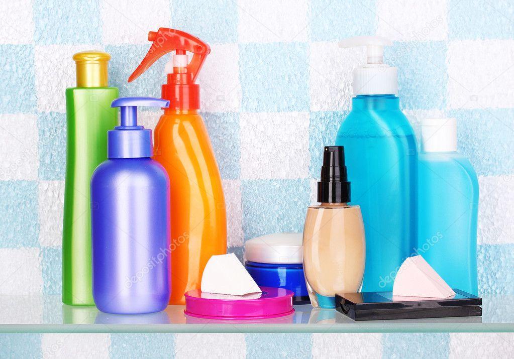 étagère avec les cosmétiques et produits de toilette dans la salle ...