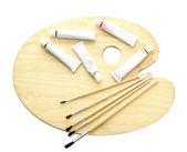 Paleta dřevěná umění, trubky s barvy a štětce izolovaných na bílém