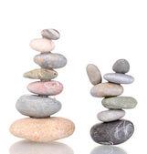 Pile di pietre equilibrati isolati su bianco