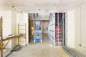 sádrokarton a rámování v staveniště