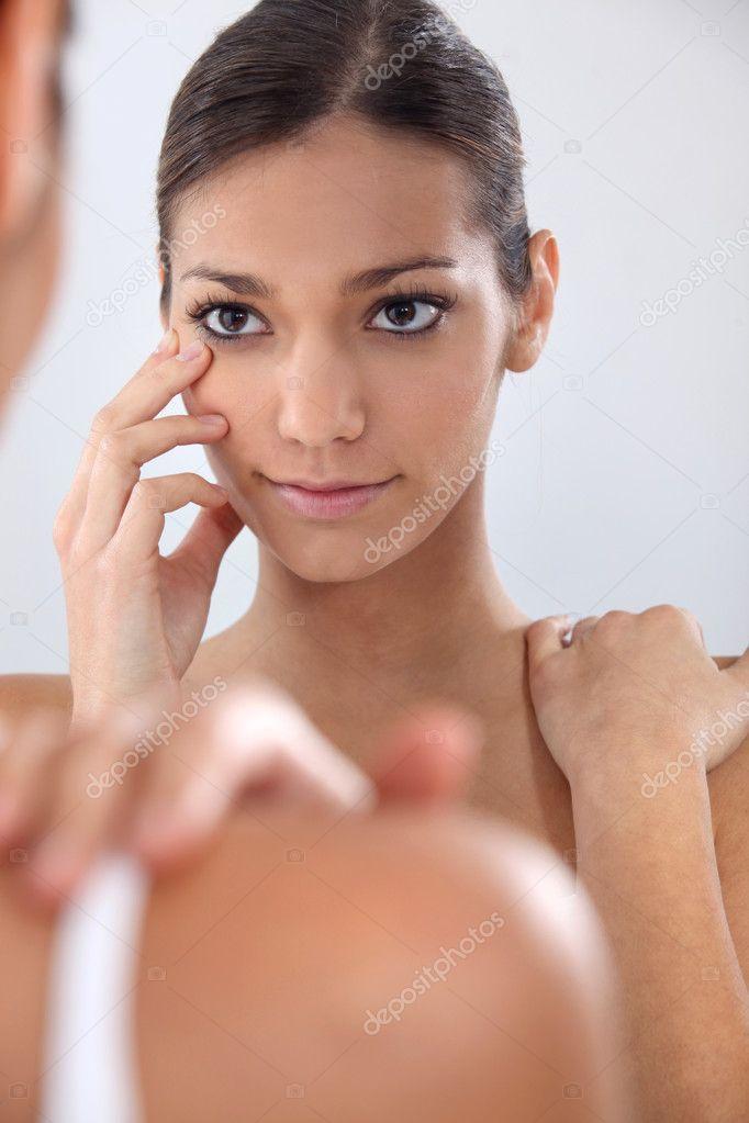 mulher colocando em suas lentes de contato — Fotografias de Stock ... 402e34594a