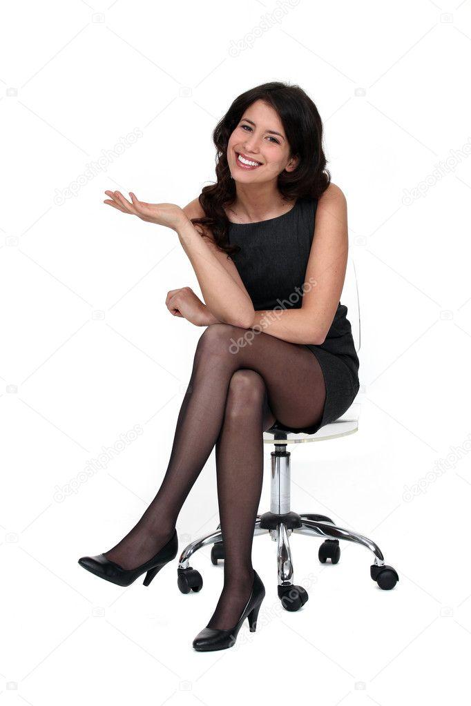 jolie femme assise sur une chaise photographie photography33 10841176. Black Bedroom Furniture Sets. Home Design Ideas