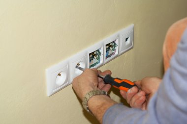 Electrician mounted outlet to 230 volts