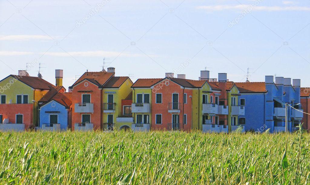 casas coloridas con el campo de maíz frente a ellos — Foto de stock ...