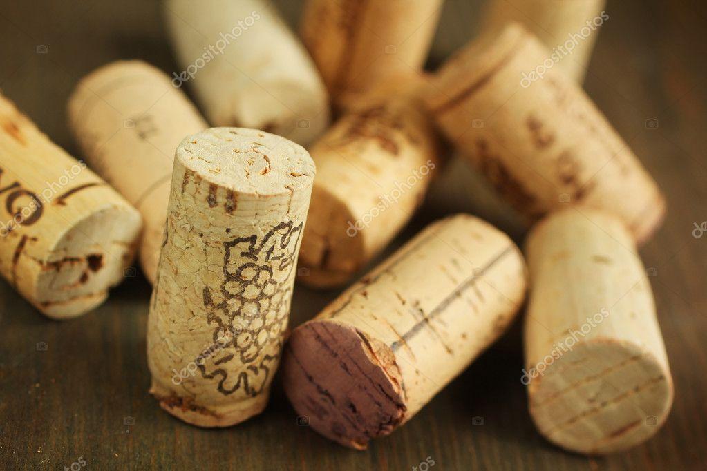 Многие качественные вина лучше всего сохранятся под стеклянной пробкой, особенно если бутылки перевозят в ветикальном положении.