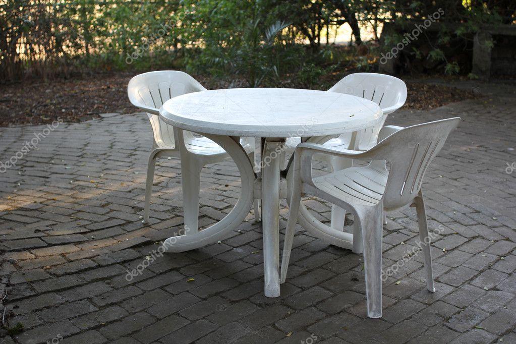 Kunststoff Tisch Mit Plastikstuhle Stockfoto C Dandaman 12398356