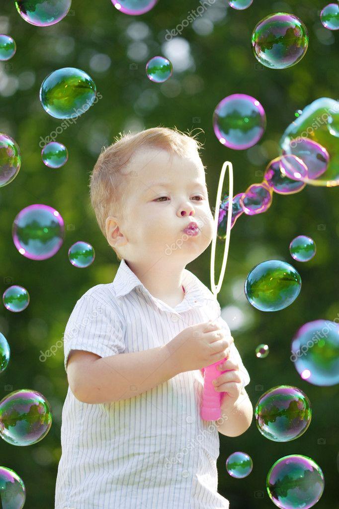 Ñhild blow bubbles