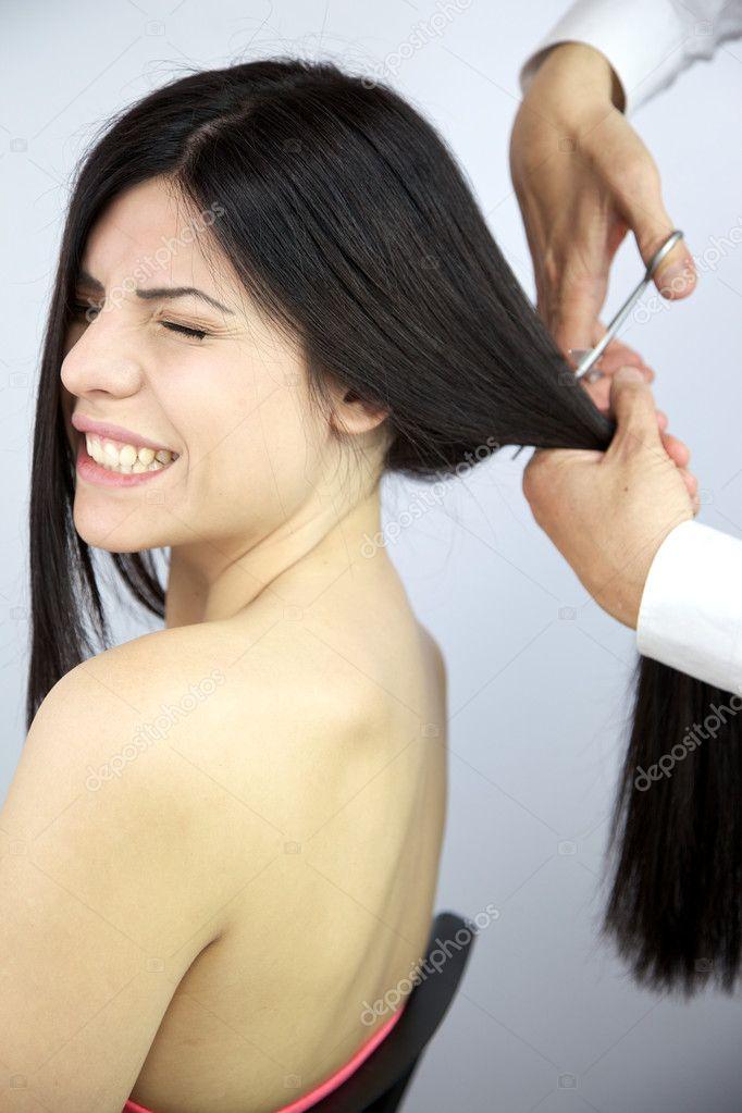 Bella donna che chiude gli occhi mentre il parrucchiere ...