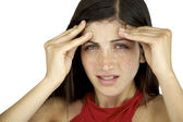 Fiatal nő tartja a fejét, mert fejfájás