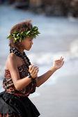 hübsches Mädchen tanzt den Hula