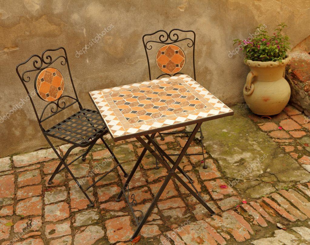 elegante Gartenmöbel auf toskanische Terrasse, Italien, Europa ...