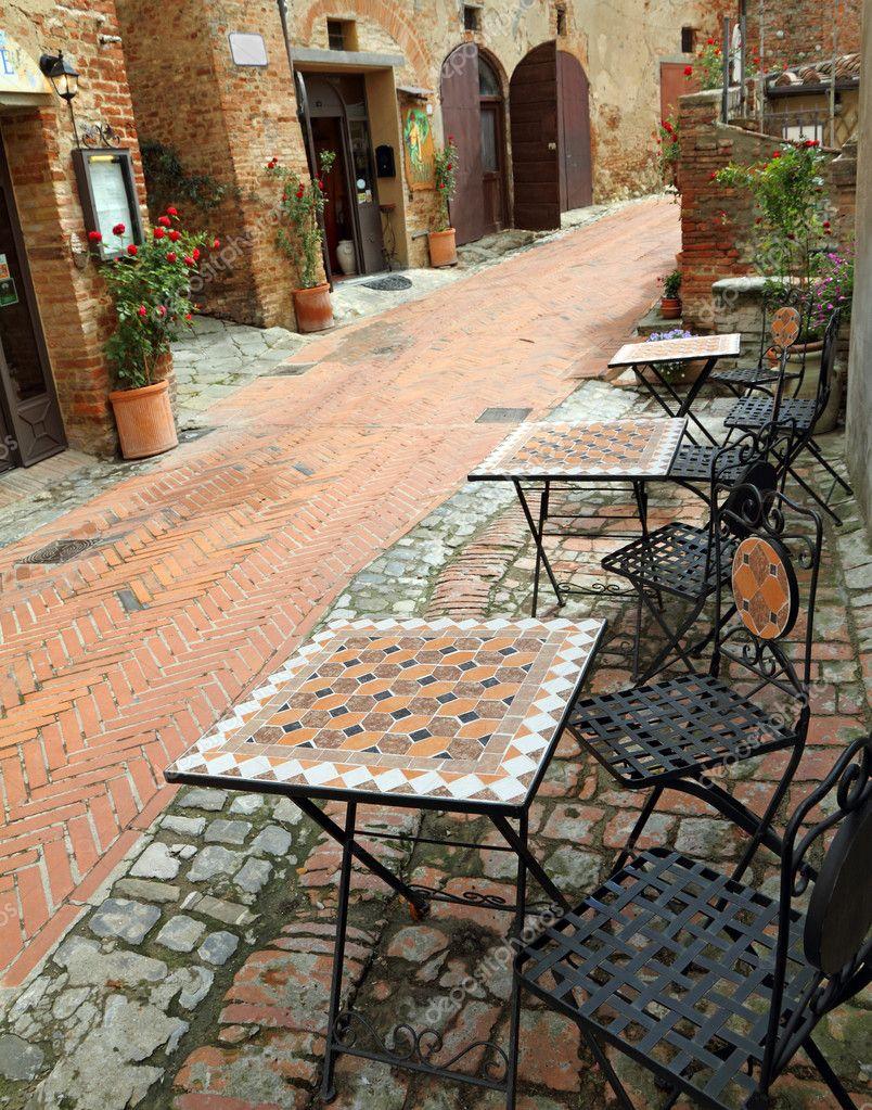 Gartenmöbel auf italienische Gasse ich — Stockfoto ...