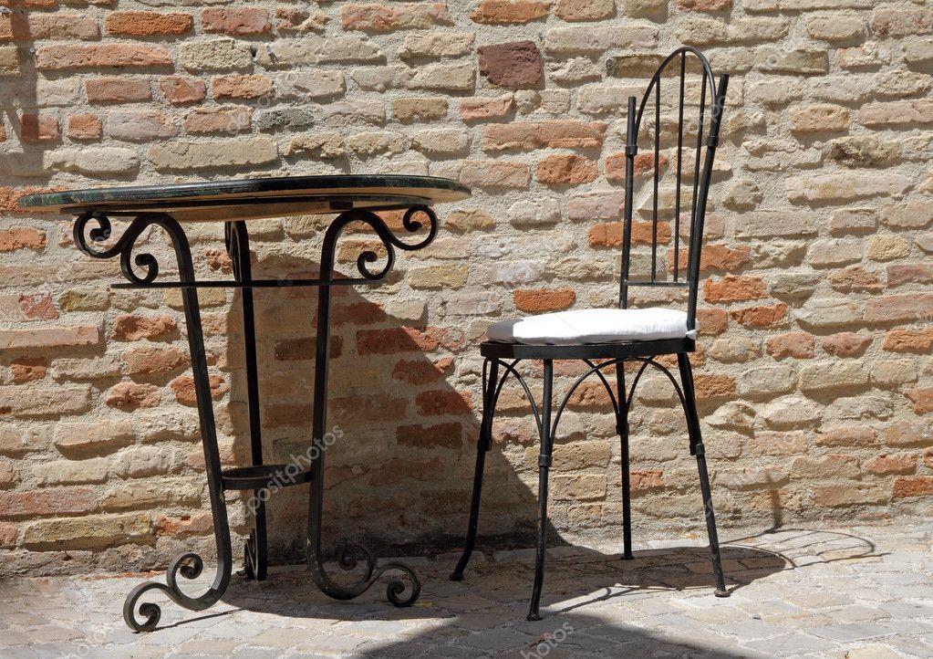 Silla De Hierro Forjado Y Mesa En Terraza Fotos De Stock