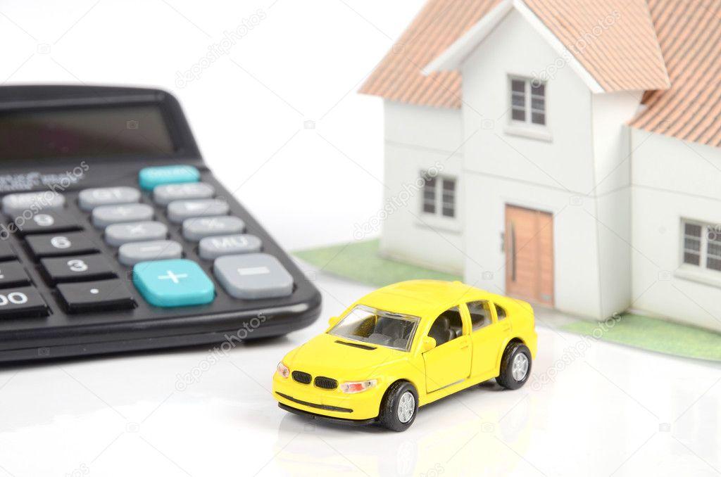 Spielzeugauto und Haus mit Taschenrechner — Stockfoto © anaken2012 ...