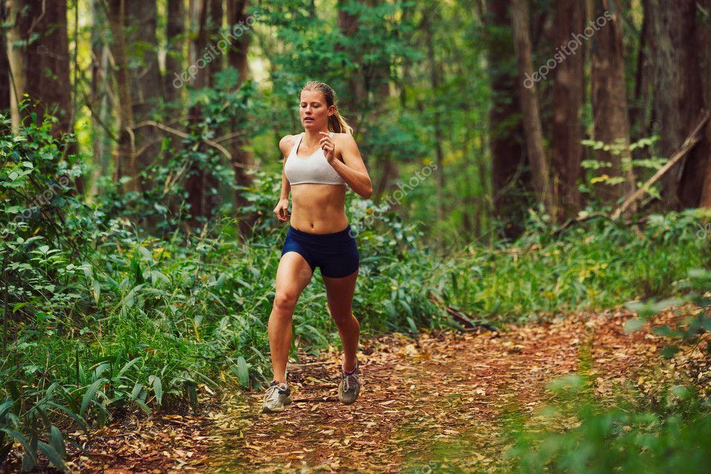 Фотообои Женщина работает в лесу